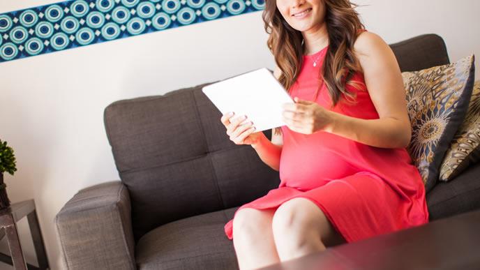妊娠線予防クリームの成分を調べる勉強熱心な妊婦