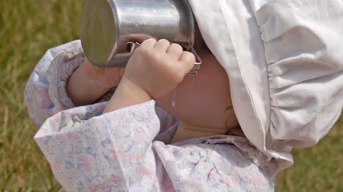 キャンプ場でミルクを飲む赤ちゃん
