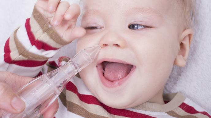 鼻水吸引機が楽しくて喜ぶ赤ちゃん