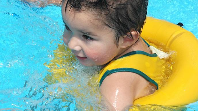 練習をして一人で泳げるようになった赤ちゃん