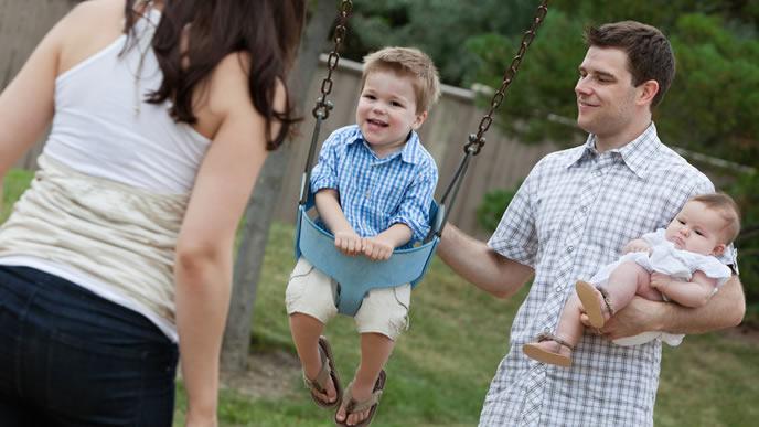公園で家族みんなで遊べて嬉しい赤ちゃん