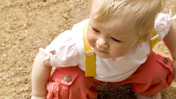 おでかけ先の砂場で遊ぶ赤ちゃん