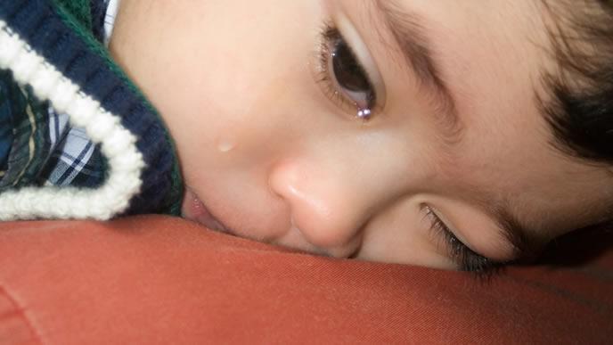 咳が止まらず涙を流す赤ちゃん