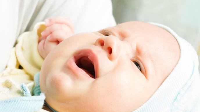 咳が長引き辛い表情の赤ちゃん