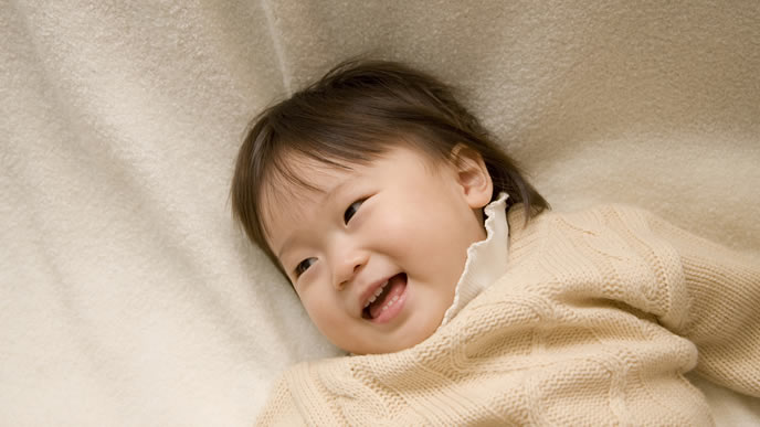 ママにあやしてもらい上機嫌になる赤ちゃん