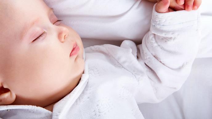 水分をたっぷり取って寝ている赤ちゃん