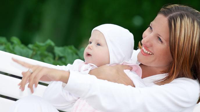 ママと日光浴を楽しむ赤ちゃん