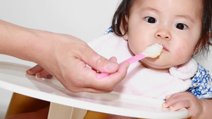 離乳食よりテレビに夢中な赤ちゃん