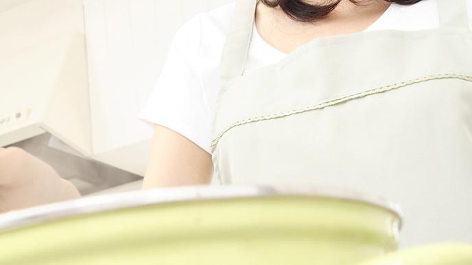 赤ちゃんのために納豆離乳食を作るママ