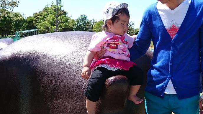 帽子をかぶり日焼け対策する女の子