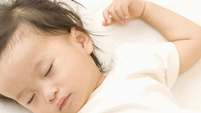 半袖でお昼寝中の赤ちゃん