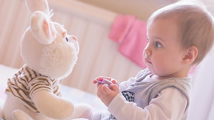 ウサギのぬいぐるみと会話する赤ちゃん