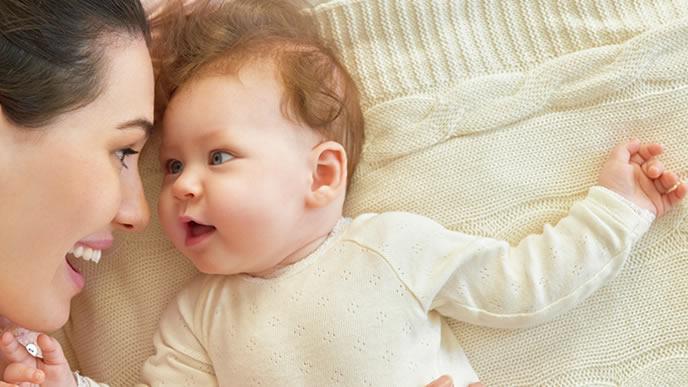 見つめ合う赤ちゃんとママ