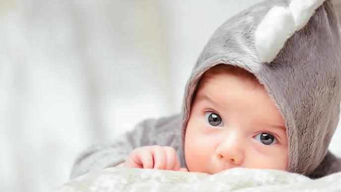 ベッドメリーを付けて貰えるよう目で訴える赤ちゃん