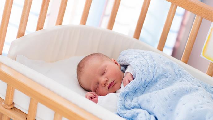 ベビーベッドでお昼寝中の赤ちゃん