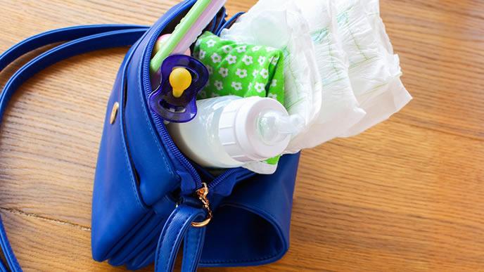 赤ちゃんとおでかけするのに必要なものが入ったポーチ