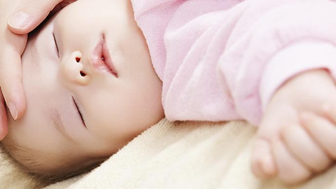 予防接種後に疲れて眠る赤ちゃん
