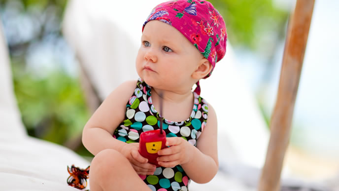 プールに入るのが怖くて遠くから見つめる赤ちゃん