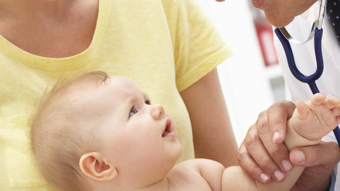 水いぼ治療のために診察を受ける赤ちゃん