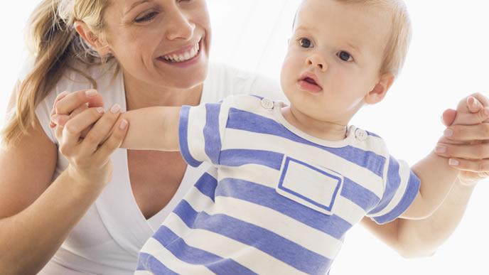 水いぼの治療後で機嫌が悪い赤ちゃんをあやすママ