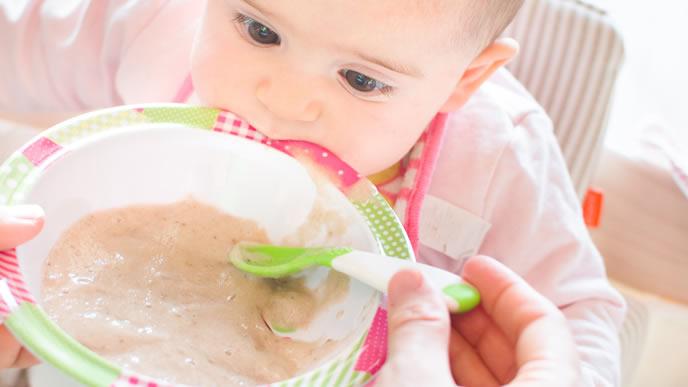 冷めても美味しい離乳食を食べる赤ちゃん