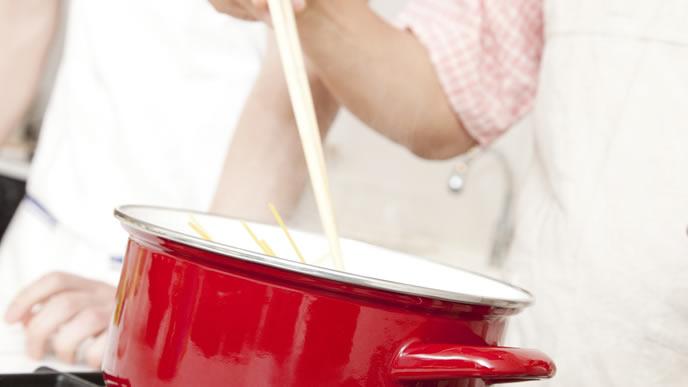 鍋で離乳食を茹でるママ