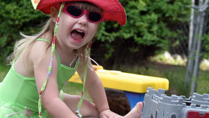 海水浴を一休みしてブロックで遊ぶ女の子