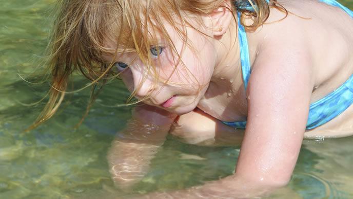 水色の水着が似合う女の子