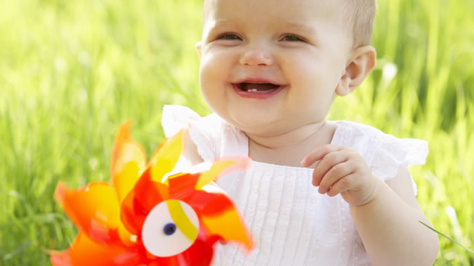 ベビードレスを着てご満悦の赤ちゃん