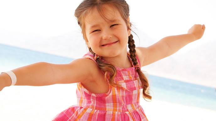 オシャレな服でおでかけ中の笑顔の女の子