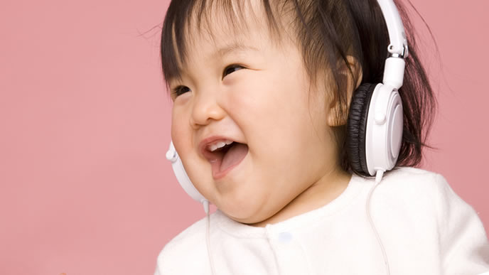 ヘッドホンでお気に入りの音楽を聴く赤ちゃん