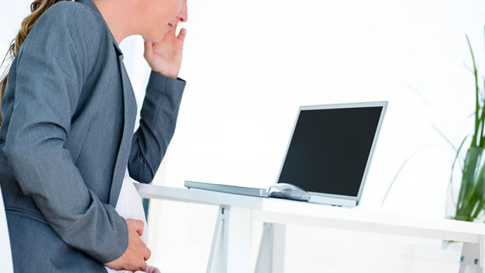 産休に入る前に職場への対応をどうするか考える女性