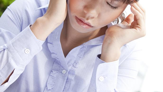 育児か仕事かの選択を迫られ頭を悩ますママ