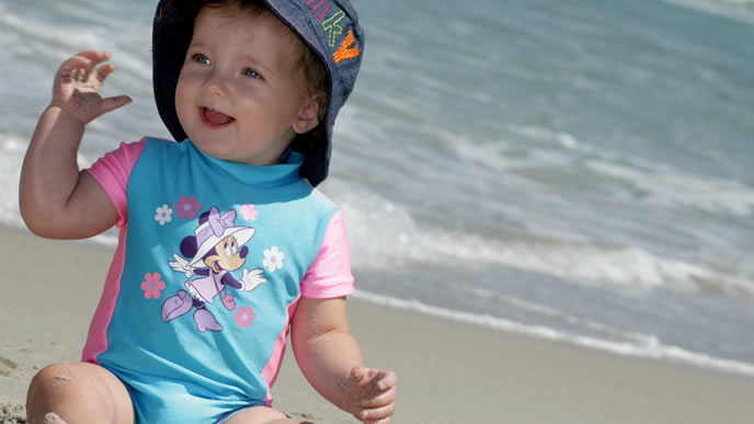 オシャレな水着を着こなす赤ちゃん