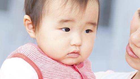 蚊に刺されて落ち込む赤ちゃん