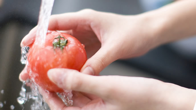 料理に使うトマトを洗うママ