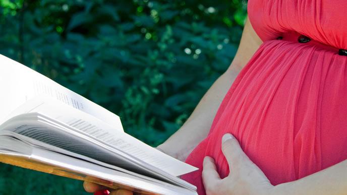 胎教として生まれる前の赤ちゃんに読み聞かせをするママ