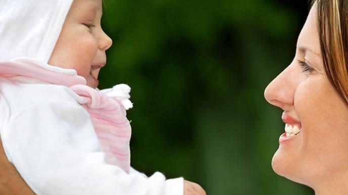 涼しい綿の素材でできた服装の赤ちゃん