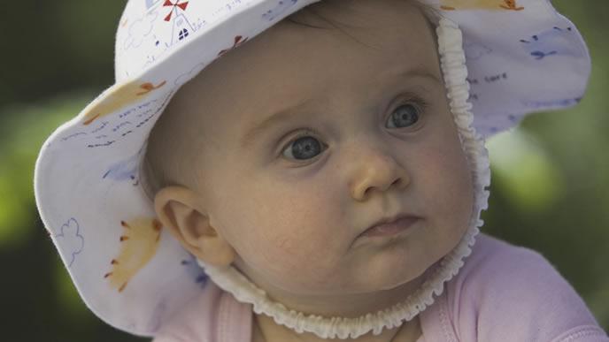 驚いた顔で興味のある方向を見る赤ちゃん