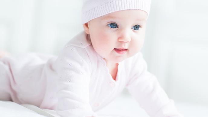 ピンクの風通しのいい服装をしている赤ちゃん