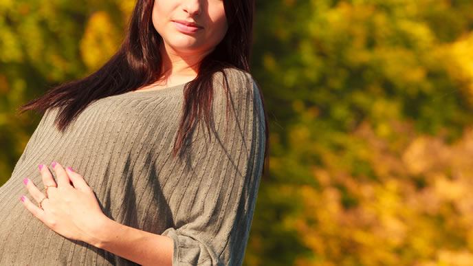 妊娠中にウォーキングで体をほぐす妊婦