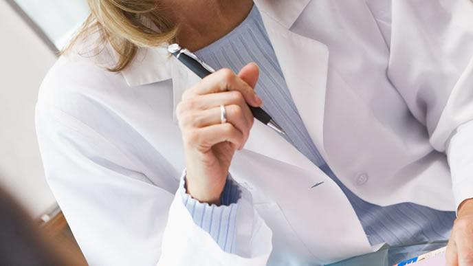 妊婦のアルコール摂取の危険性を訴える医者