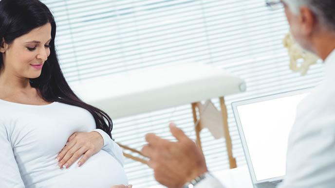 妊婦検診で赤ちゃんが健康に育っていることを知り安心する妊婦