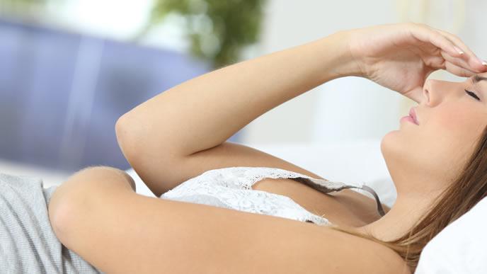 胎動で睡眠不足に悩まされる妊婦