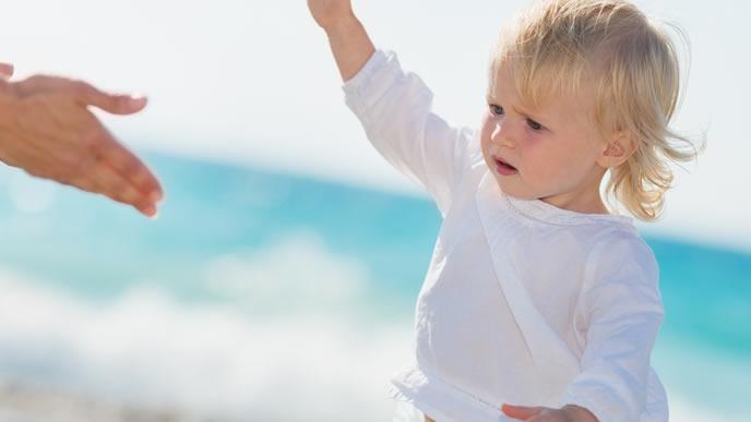 海岸でママと一緒に遊ぶ男の子
