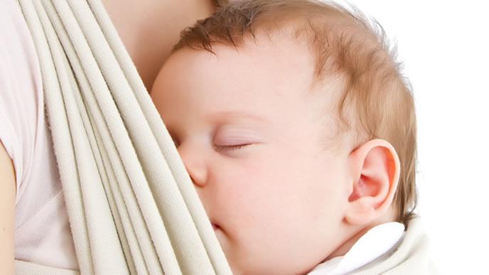 ママのスリングの中ですやすや眠る赤ちゃん
