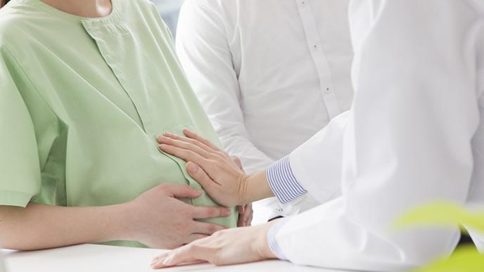 胎動が少なり病院で診察を受ける妊婦