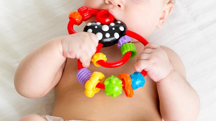 歯がためでかゆみを解消する赤ちゃん