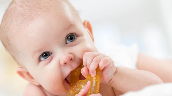 ママに歯がためを見せつける赤ちゃん