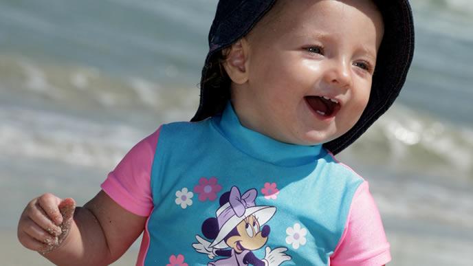 初めての海に大興奮の赤ちゃん